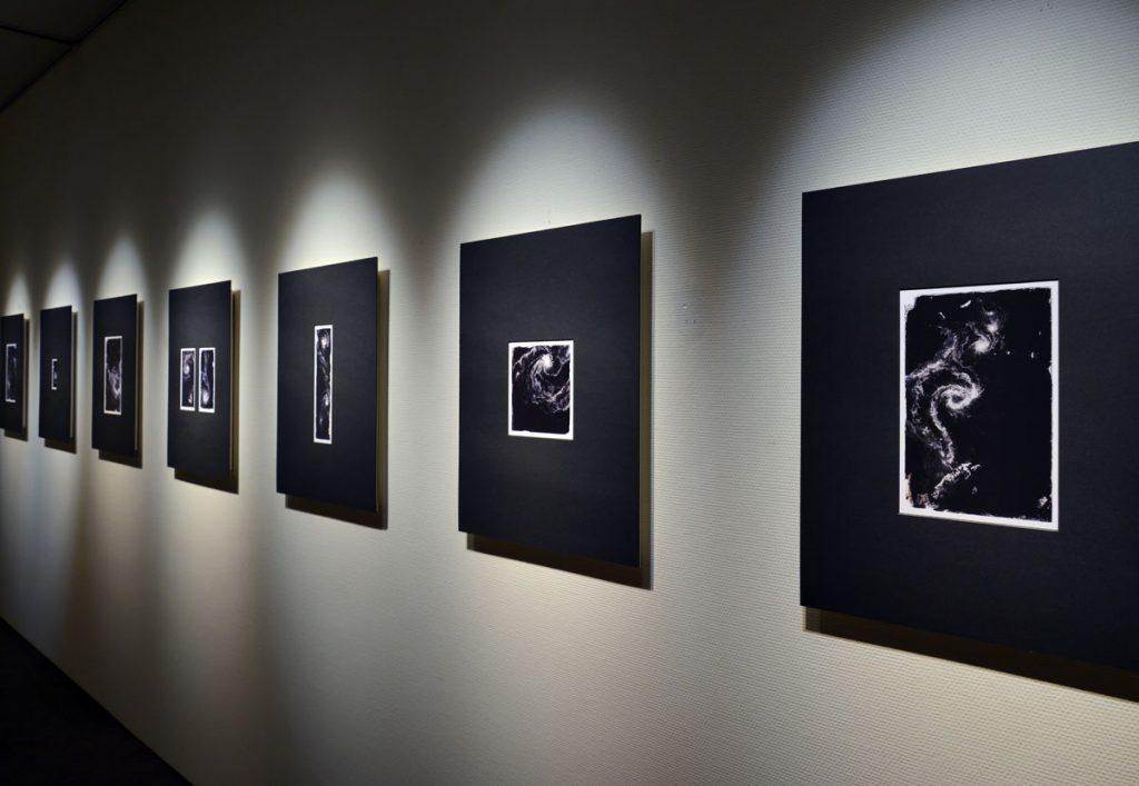 現代美術アーティスト・山本基が細密に描いた鉛筆ドローイングを元にした写真作品。