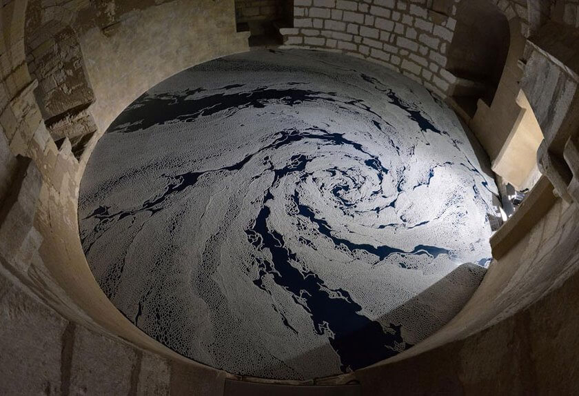 現代美術アーティスト・山本基が南フランスの城郭都市エーグ・モルトで滞在制作した塩のインスタレーション作品「たゆたう庭」。