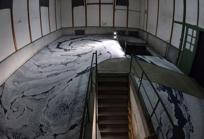 現代美術アーティスト・山本基が「BIWAKOビエンナーレ2016」塩で制作したインスタレーション「たゆたう庭」。