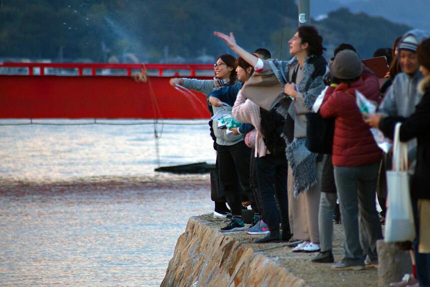 福田港の堤防で海に塩を還す