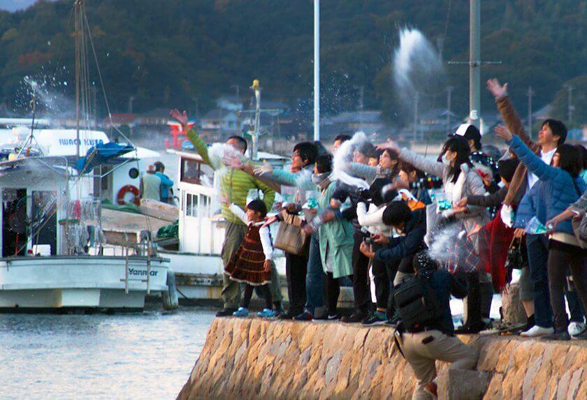 百島港に山本の作品が還る