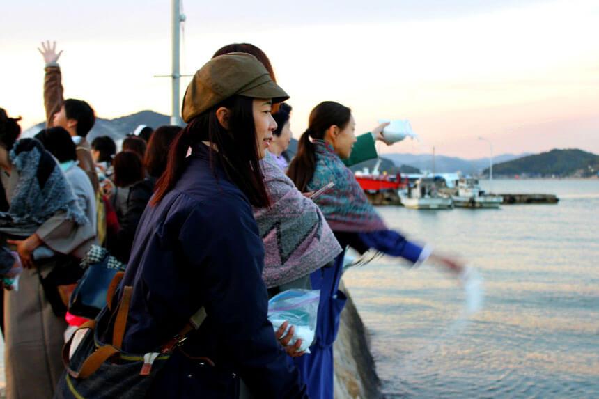 豊田雅子さんが海に塩を還す