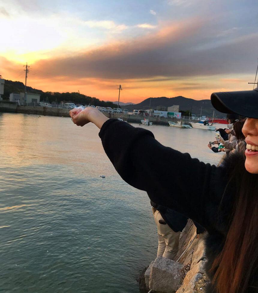 eN-artsのROWE直美さんが塩を海に還す