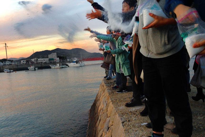 尾道大学美術学部の小野環さんが海に塩を還す