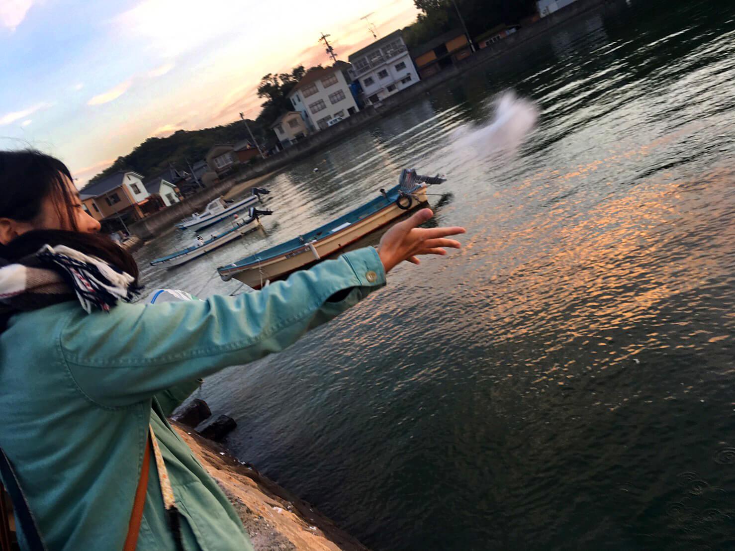 加藤貴子さんが塩を海に還す